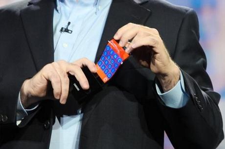 Samsung продемонстрировал прототип смартфона оснащенного изогнутым экраном