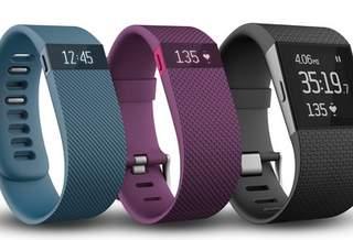 Fitbit представляет три новинки, одна из которых схожа с умными часами